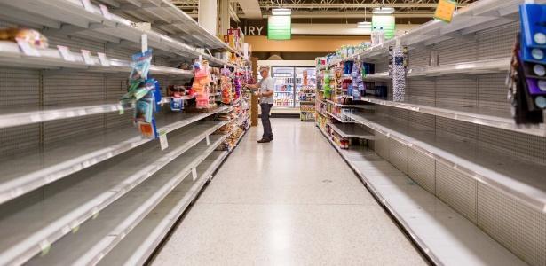 Prateleiras que continham garrafas de água são esvaziadas em supermercado da Flórida (Crédito: AFP)