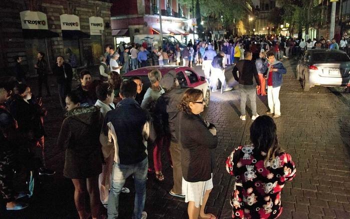 Pessoas se reúnem em uma rua no centro da Cidade do México após terremoto  (Crédito: AFP)
