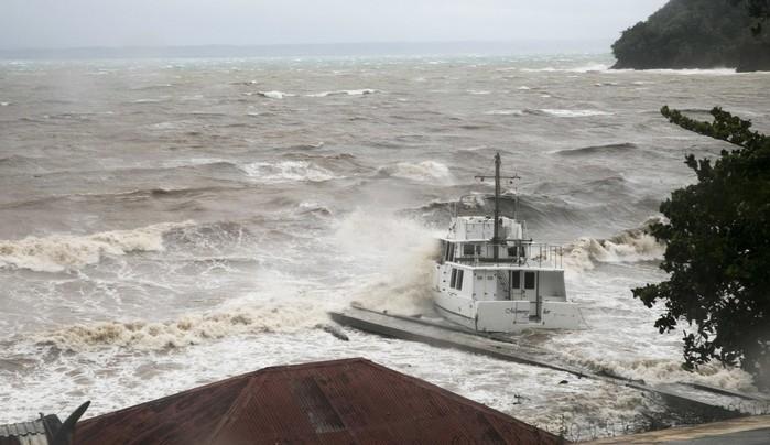 Ondas batem contra um barco perto da costa enquanto o furacão Irma passa sobre Samaná, na República Dominicana  (Crédito: AP)