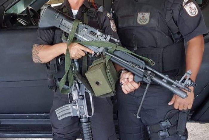Metralhadora semelhante a usada pelo personagem Rambo é apreendida pela polícia em favela do Rio (Crédito: Reprodução)