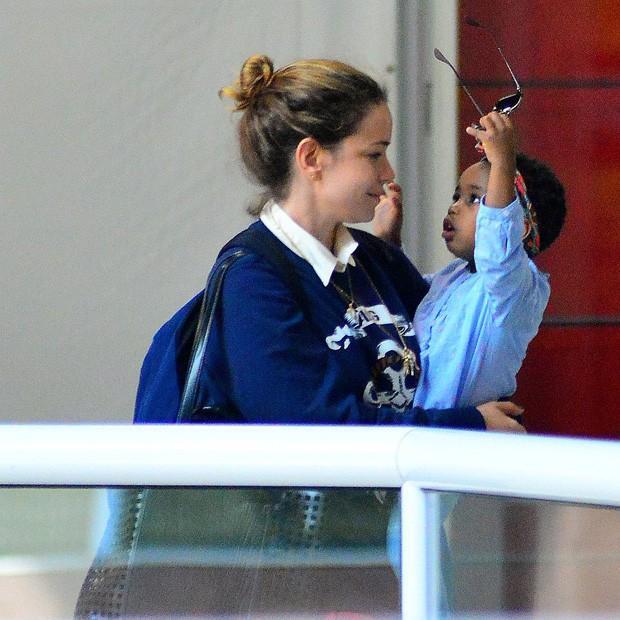 Filha de Leandra Leal chama atenção em aeroporto do Rio (Crédito: William Oda/Agnews)