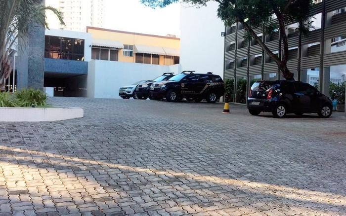 Polícia Federal chegou ao prédio de Geddel por volta das 5h50 desta sexta-feira (Crédito: Andréa Silva/TV Bahia)