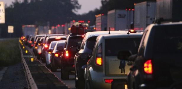 Trânsito na estrada que sai da Flórida em direção à Geórgia  (Crédito: AFP)