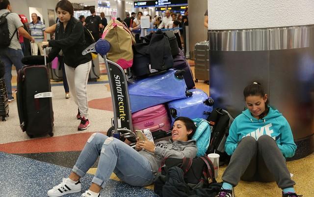 Passageiros enfrentam demora após cancelamento de voos (Crédito:  Marta Lavandier/AP Photo)