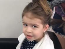 Valentina, de 3 anos, passa o sábado cuidando do cabelo no salão