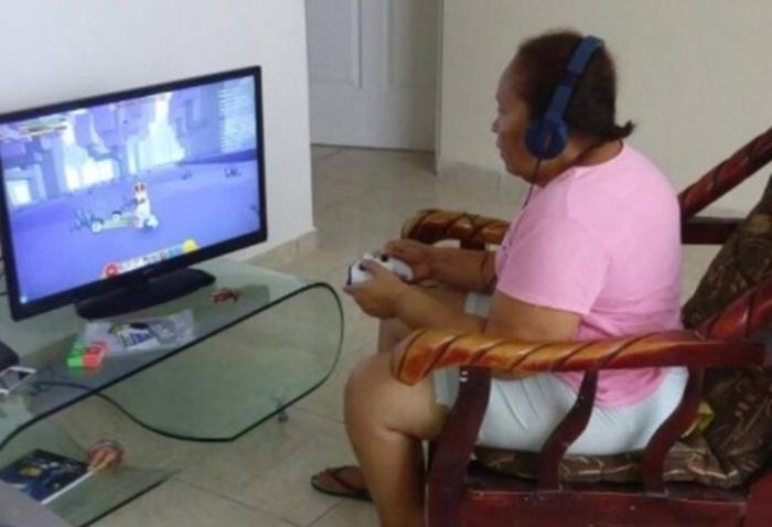 Idosa se vicia em videogame após ganhar jogo de neto no Natal