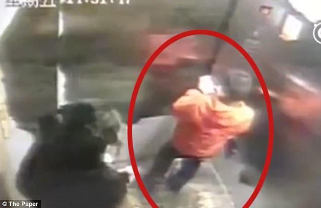 Mãe mata filho a pauladas após garoto perder celular