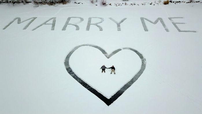 Homem desenha pedido de casamento em lago congelado nos EUA (Crédito: AP)