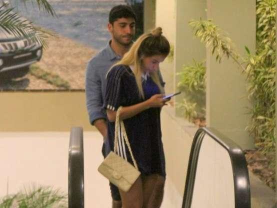 Anitta mexe no celular durante passeio com o marido (Crédito: AGNews / PurePeople )