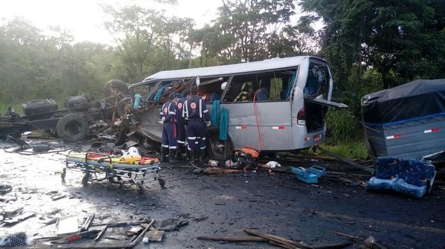 Destroços de grave acidente na BR-251, em Minas (Crédito: Divulgação)
