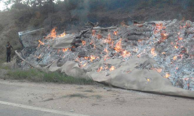 Carreta incendeia após acidente na BR-251 em Minas (Crédito: Divulgação)