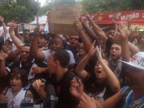 """Torcida do Vasco protesta contra Eurico e grita: """"Fica, Paulinho"""""""