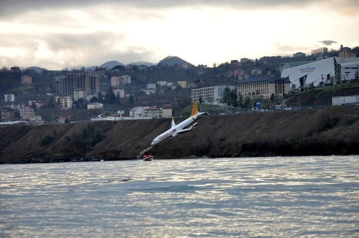 Avião teria deslizado na pista durante aterrissagem (Crédito: Muhammed Kacar/Dogan News Agency/Reuters)