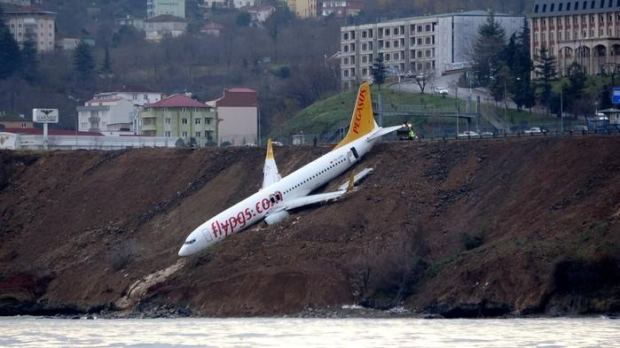 Avião ficou pendurado (Crédito: Muhammed Kacar/Dogan News Agency via Reuters)