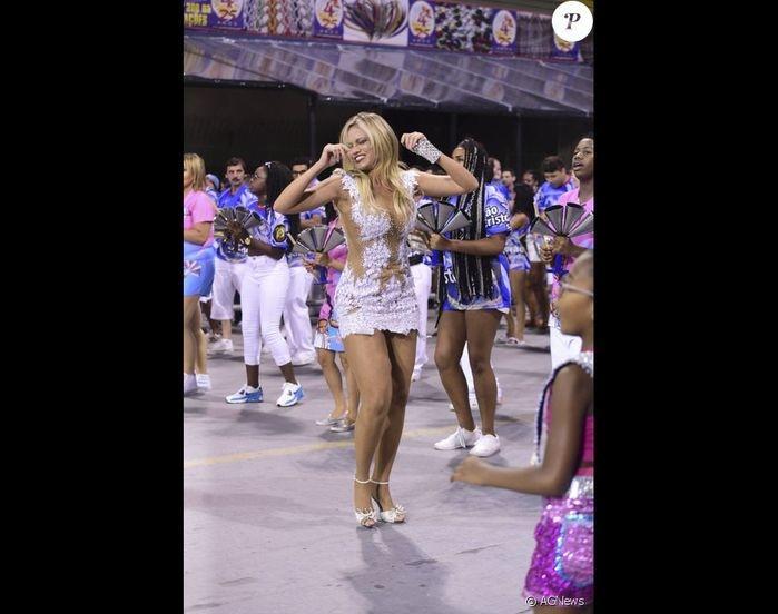 Ellen Rocche sensualiza durante ensaio de Carnaval (Crédito: Agência News)