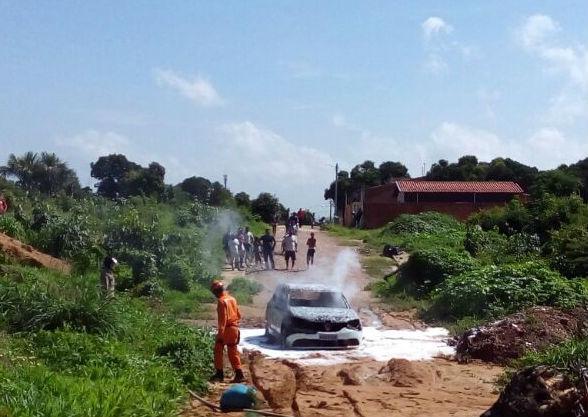 Veículo incendiado (Crédito: Polícia Militar de Timon)
