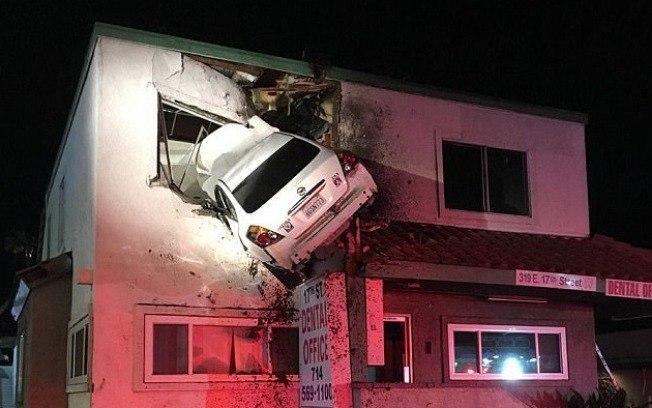 Veículo ficou pendurado (Crédito: Reprodução/Orange County Fire Authority  )