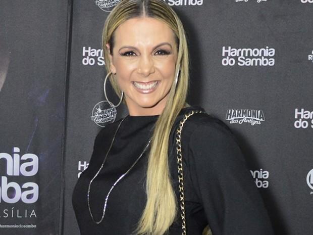Carla Perez exibe suas belas pernas em show do marido Xanddy