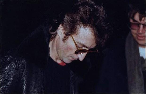 John Lennon ao lado de seu assassino