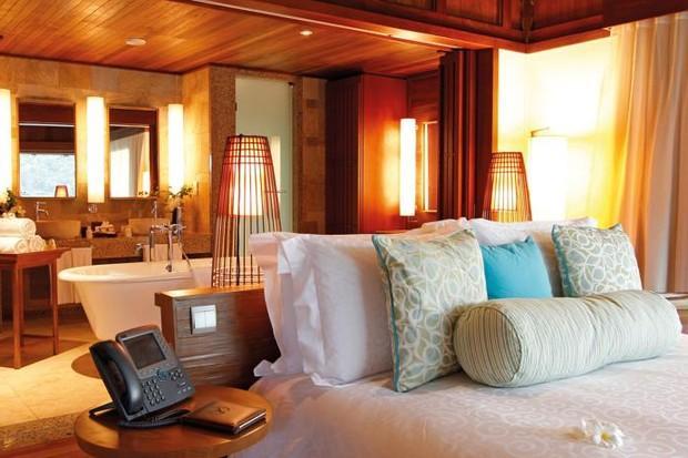 Namorando milionário, Mariana Rios posa em hotel luxuoso