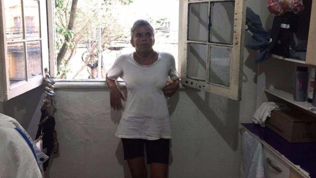 Rosana precisa fazer dez faxinas de R$ 60 para conseguir pagar o aluguel do quarto onde mora, na zona sul de São Paulo (Crédito: BBC Brasil )