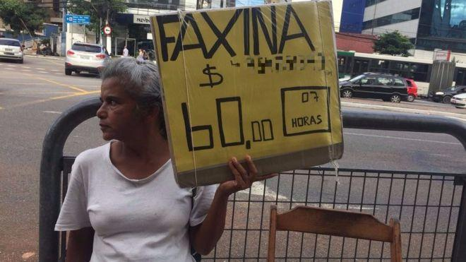 Rosana da Silva exibe um pedido de emprego todos os dias na Vila Mariana, bairro da zona sul de São Paulo (Crédito: BBC Brasil )