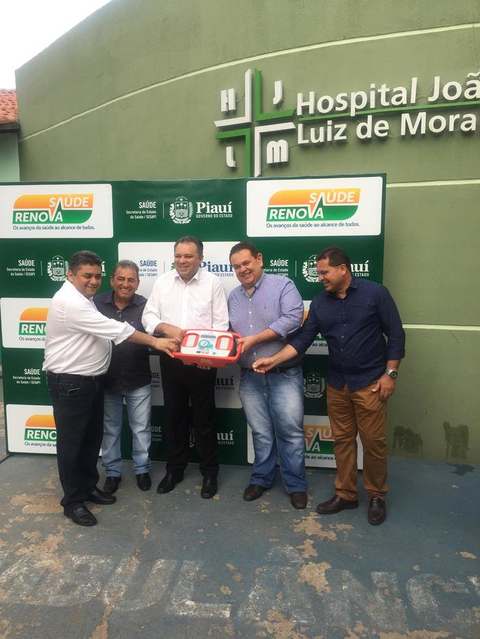 Silas Freire entrega equipamentos hospitalares em Demerval Lobão