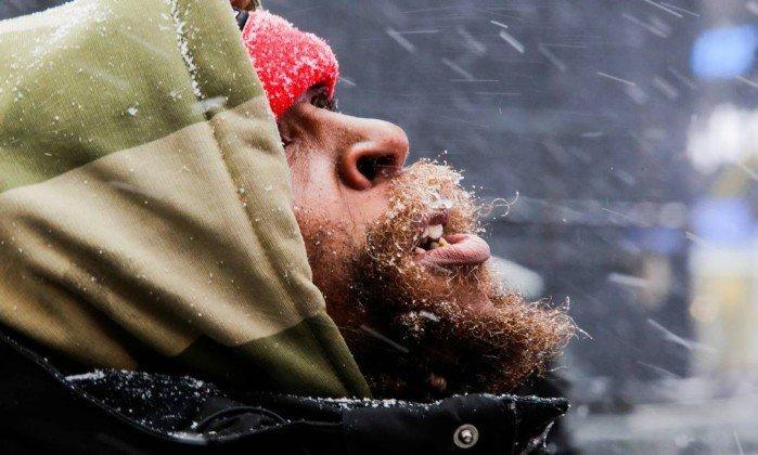 Homem se protege do frio em Nova York  (Crédito: EDUARDO MUNOZ / REUTERS)