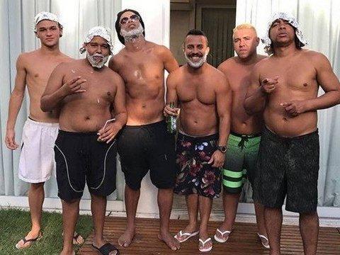 De visual novo, Ronaldinho Gaúcho aproveita dia com os 'parças'
