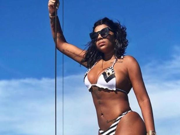 Ludmilla capricha no carão de biquíni em passeio de barco