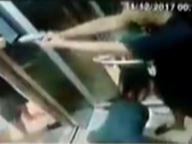 Turista troca socos com jovens em elevador e vídeo viraliza