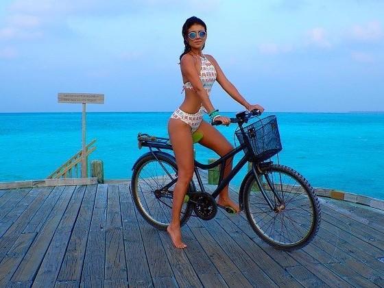 """Paula Fernandes mostra """"corpão"""" ao fazer passeio de bicicleta"""