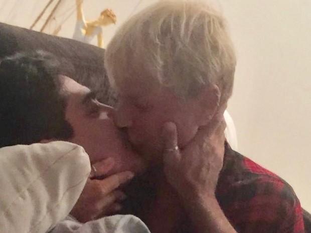 """Xuxa posta foto dando """"beijaço"""" em namorado Junno Andrade"""