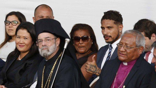 Suspenso pela Fifa, Guerrero acompanha discurso do Papa em Lima