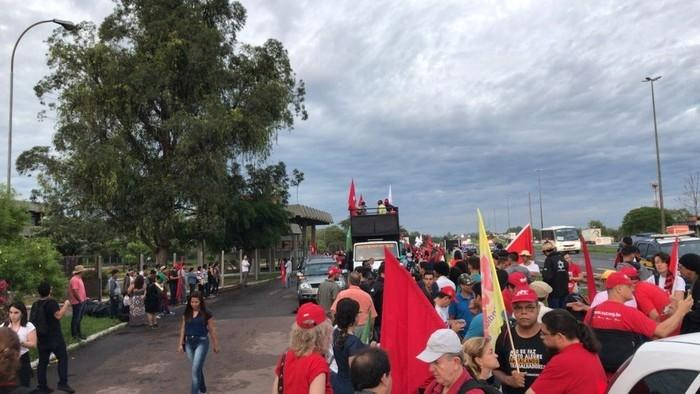 Manifestantes fazem caminhada em apoio a Lula em Porto Alegre