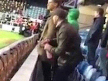Torcedor urina na garrafa do goleiro do Queens Park Rangers; vídeo