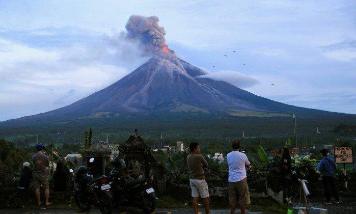 Vulcão Mayon explode nas Filipinas  (Crédito:  Bullit Marquez / AP)