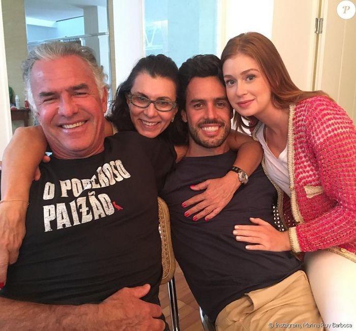 Marina posa com marido e os sogros