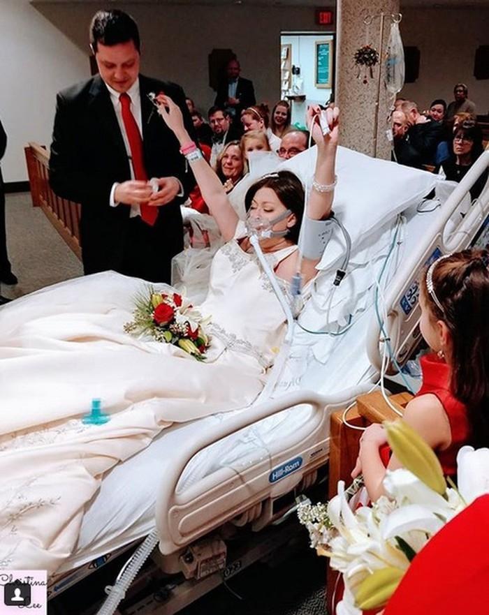 Heather Mosher durante o casamento no hospital com seu noivo, Dave  (Crédito: Reprodução/Instagram)