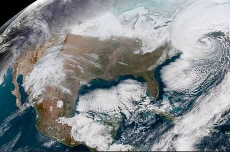 Imagem de satélite mostra boa parte dos EUA e Canadá coberta por neve (Crédito: Divulgação/Nasa)
