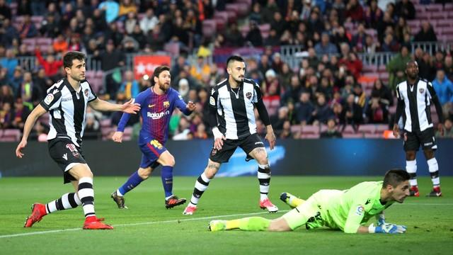 Philippe Coutinho chega machucado ao Barcelona e terá que esperar para jogar