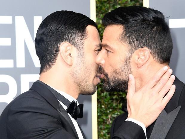 Ricky Martin leva o noivo ao Globo de Ouro e casal troca carinhos