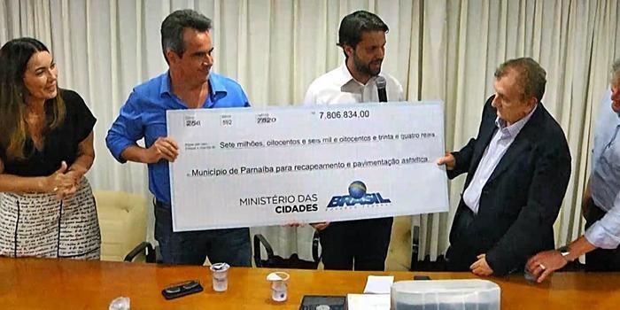 Ministro entrega mais de R$ 7 milhões para asfaltos em Parnaíba