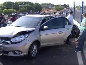 Colisão entre carros interdita parcialmente viaduto da Miguel Rosa