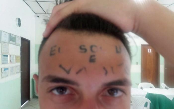 Rapaz tatuado na testa quando estava internado em clínica em Mairiporã  (Crédito: Glauco Araújo/G1 )