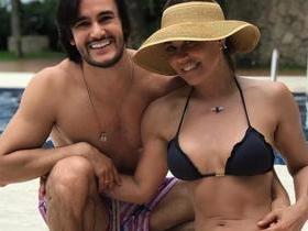 Aos 55 anos, Solange Frazão posa de biquíni ao lado de namorado
