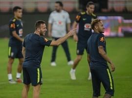 """Arthur encanta Messi e tenta ser """"intruso"""" em clássico"""