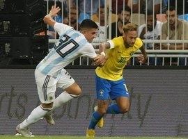 Jornal argentino conta quantas vezes Neymar caiu durante clássico