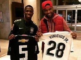 Vinicius Jr. encontra Rafael Vaz e dá camisa do Real ao ex-parceiro