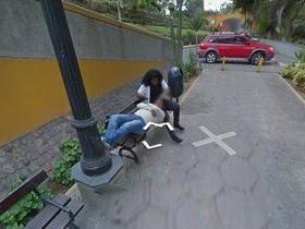 Mulher é flagrada por câmeras do Google Street View traindo marido